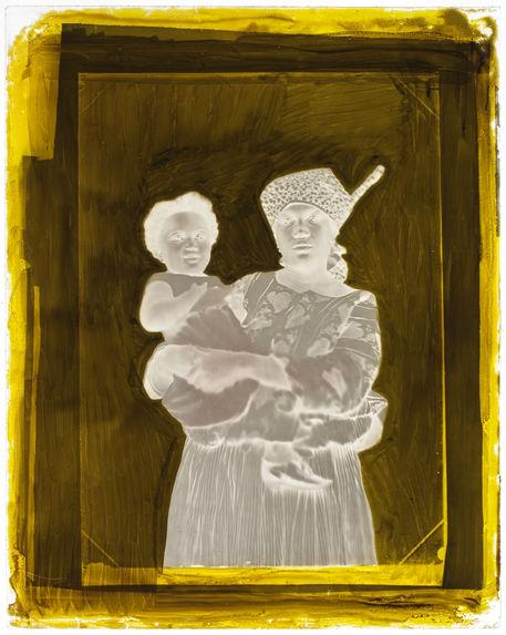 Suriname [Portrait de face d'une femme qui porte son enfant dans les bras]