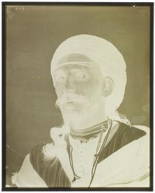 Type du Maroc [Portrait de face d'un homme]