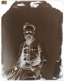 Djellali-ben-Selinsen [Portrait de face d'un homme assis sur une chaise]