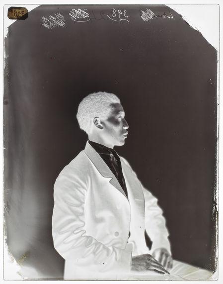 Kadour, 30 ans [Portrait de profil d'un homme assis sur une chaise]
