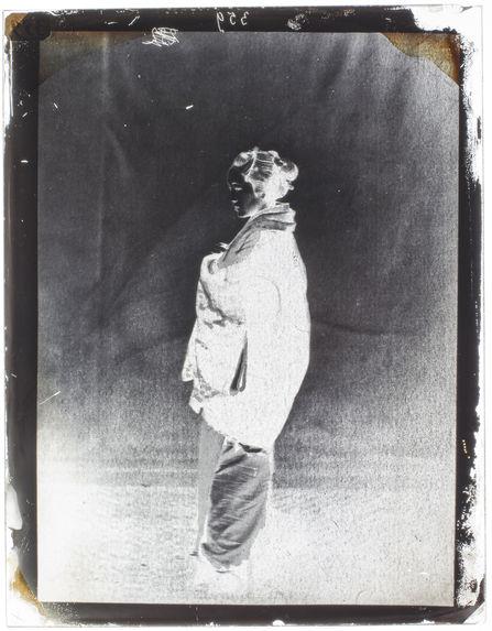 Femme Japonaise, d'après une photographie rapportée par Mr. du Chesne de Bellecourt.- en pied.