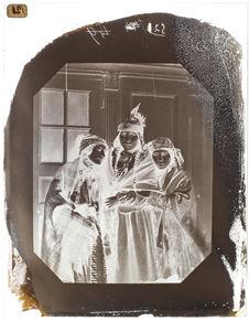 Groupe de trois femmes de la tribu des Mics-Macs.