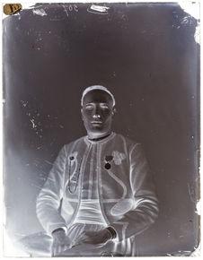 Mezian-ben-Saüs [Portrait de face d'un homme assis sur une chaise]