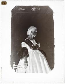 Marie Lassus [Portrait en pied, de profil, d'une femme]