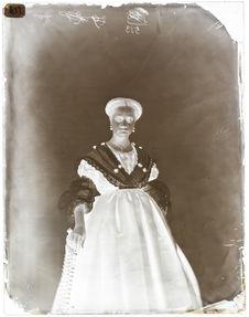 Marie Lassus [Portrait en pied, de face, d'une femme]