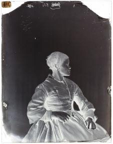 Louise Kuling [Portrait de profil d'une femme assise sur une chaise]