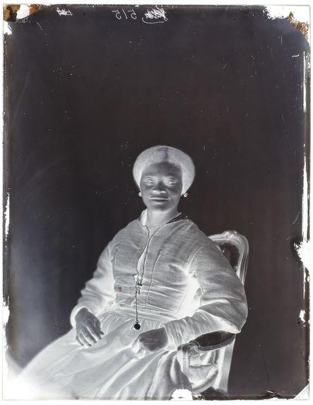 Louise Kuling [Portrait de face d'une femme assise sur une chaise]