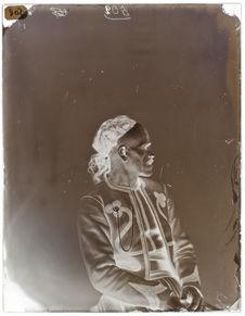 Rakai-ben-Bazis [Portrait de profil d'un homme assis sur une chaise]