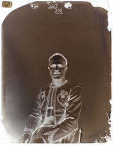 Rakai-ben-Bazis [Portrait de face d'un homme assis sur une chaise]