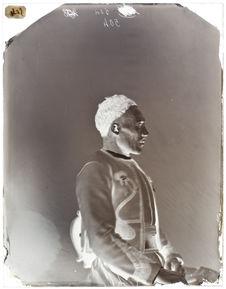 Bouguerrah-ben-Mohamed [Portrait de profil d'un homme assis sur une chaise]