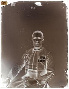 Bouguerrah-ben-Mohamed. [Portrait de face d'un homme assis sur une chaise]
