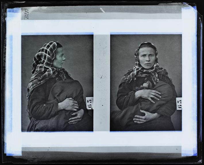 Lapon [Portrait d'une femme assise sur une chaise qui tient son enfant dans les bras ; face et profil]