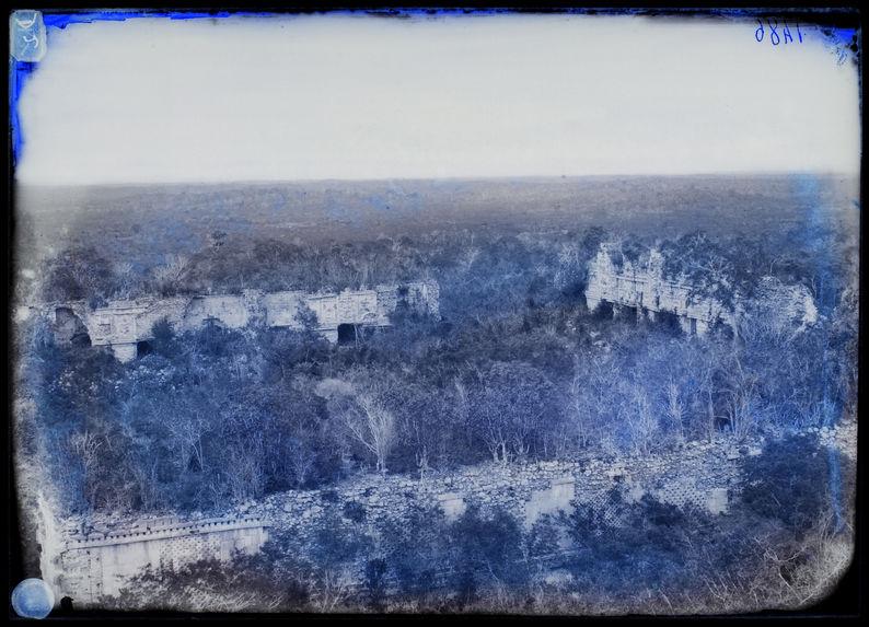 Uxmal. vue du palais des nonnes