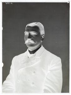Hindous [Portrait de face, en buste, d'un homme]