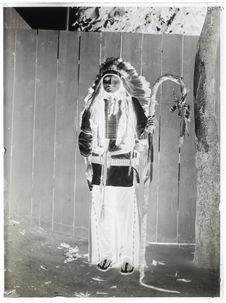 Peaux-rouges [Portrait d'homme de face]