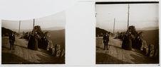 Quatre personnages en bord de route sur fond montagneux
