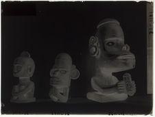 Sculptures en bois de personnage assis