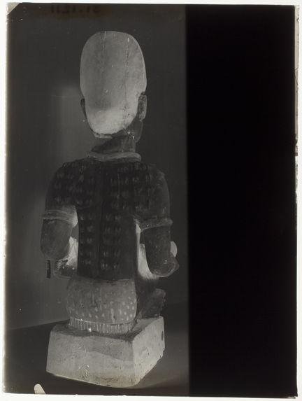 Statue en bois, femme allaitant