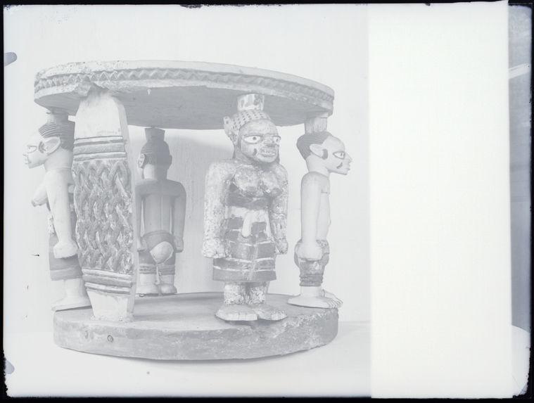 Tabouret en bois sculpté