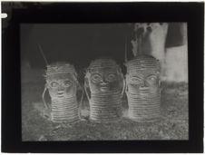 Trois têtes en bronze