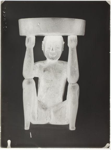 Coupe cylindrique supportée par un personnage masculin