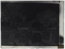 Les enfants sont portés sur un plateau en natte