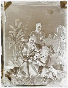 Hommes portant casse-tête, massue et sagaies