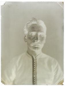 Indous [Portrait d'un homme de face]
