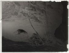 Ruches dans un rocher, échelle pour y monter