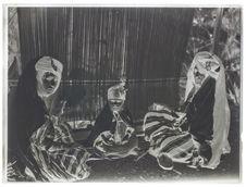 Touareg [Deux femmes et un enfant assis au sol]