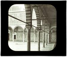 Kairouan. La mosquée du Barbier. Une galerie et la cour