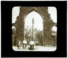 Delhi. Mosquée Kalub-ul-Islam et le pilier de fer