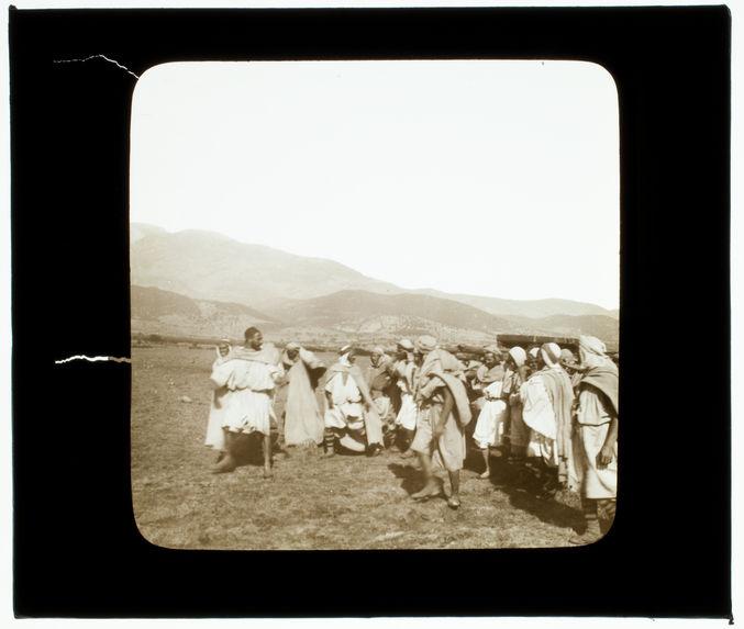 Kabylie. Procession indigène portant une relique