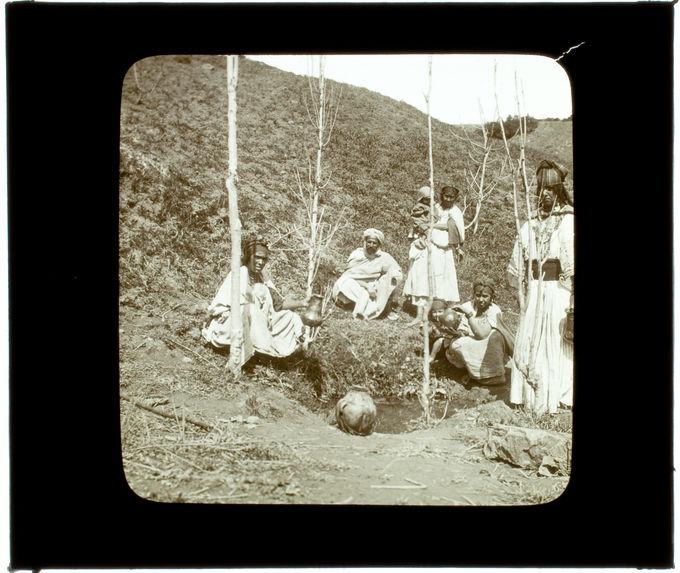 Kabylie. Femmes à la source gardées par le mari
