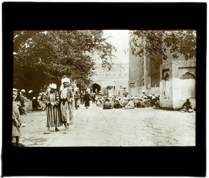 Perse. La prière devant une mosquée à Boukhara