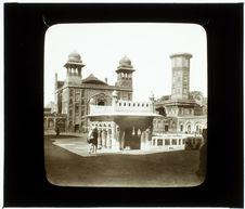 Lahore. Porte d'entrée et cour de la mosquée de Vizir Khan dite des faïences