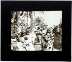 Tunisie. Hutte et famille de Khamès dans l'oasis Gabès