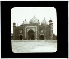 Agra (Inde). La mosquée rouge , à droite du Taj-Mahal
