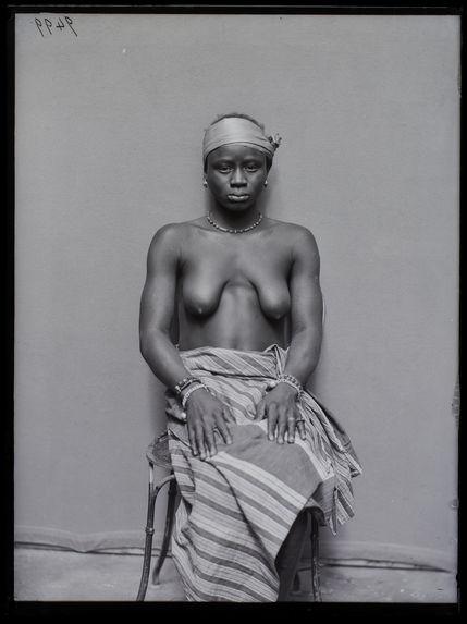 Dahoméenne [Portrait de face d'une femme]