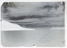 Vue panoramique de la chaîne des Monts Darwin, vue prise dans l'Ouest du bras...