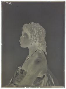 Angolais- femme. profil [Portrait de profil, en buste, d'une femme]