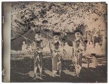 Jeunes gens en costume de guerre [Portrait collectif]