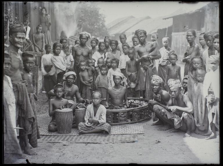 Musiciens ambulants et peuple dans les rues de Mergui