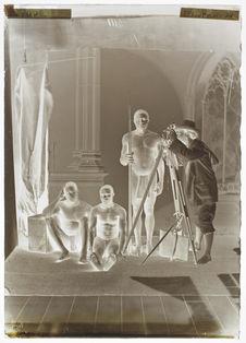Le Dr. Crevaux [avec son théodolite et trois hommes à côté]