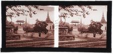 Phnom Penh : la cour de la pagode d'argent : statue du roi Norodom