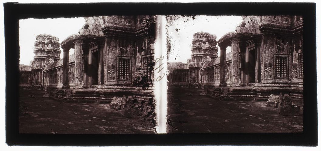 Angkor-Vat : dans la cour de la 2ème enceinte