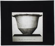 Vase décoré de dessins géométriques en relief