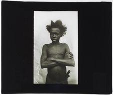 Bayaka [portrait d'un jeune homme de face]