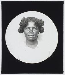 Sans titre [portrait d'une jeune Malgache vue de face]