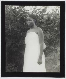 Sans titre [portrait d'une jeune Malgache vue de trois quarts, vêtue de blanc]